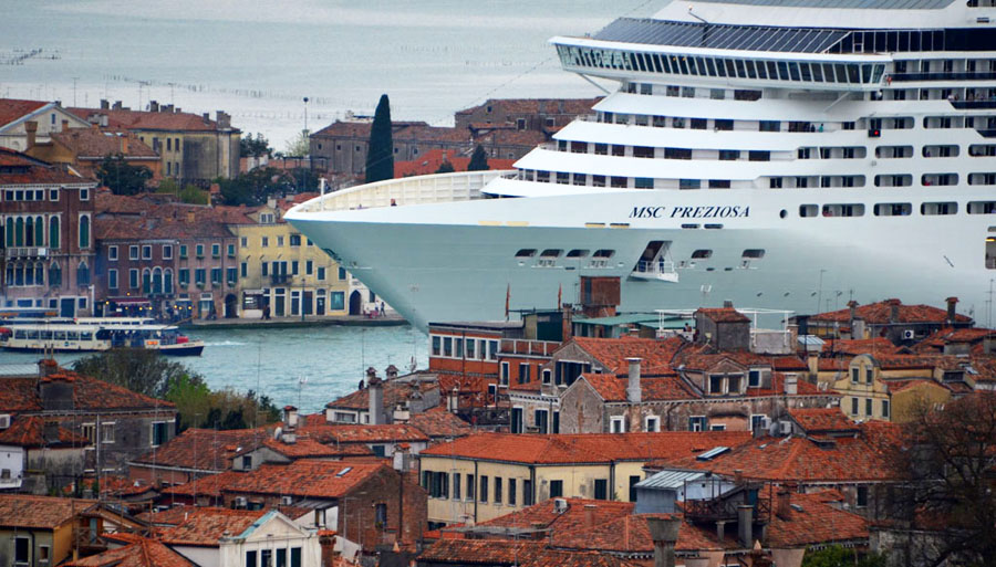 Venezia violentata dalle Grandi Navi