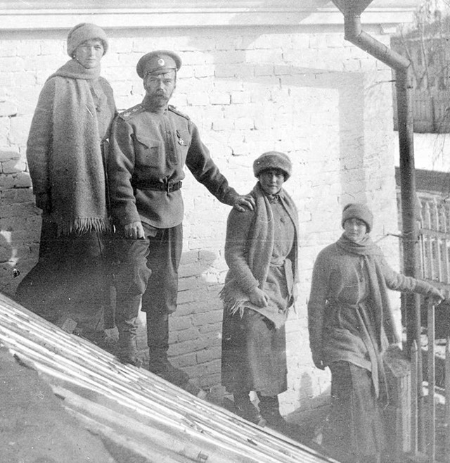 In ordine, Olga, Nicola II, Anastasie a Tatjana nella prigione di Ekaterinburg.