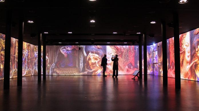 La sala immersiva di Meet, sullo sfondo l'opera digitale di Refik Anadol (foto Daniele Monaco)