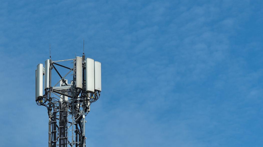 Un'antenna 5G (foto di Artur Widak/NurPhoto via Getty Images)